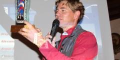 Ligaobmann Stefan Brandlehner übergiebt den Liga-Wanderpokal